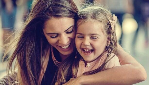 mamá ofreciendo apego seguro a su hija