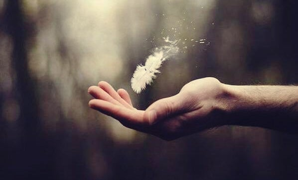 mano con pluma representando el sentido de la vida según Viktor Frankl