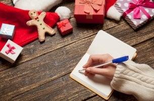 Mano escribiendo propósitos de año nuevo
