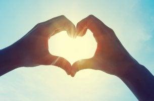 Manos haciendo una forma de corazón para simbolizar el amor platónico