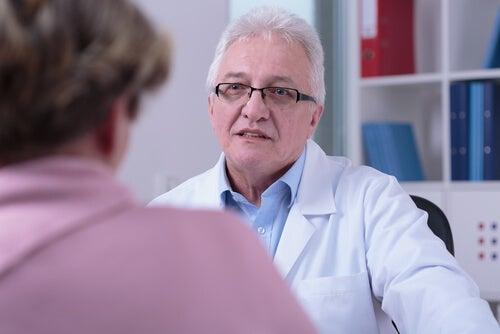 Médico con paciente en la consulta
