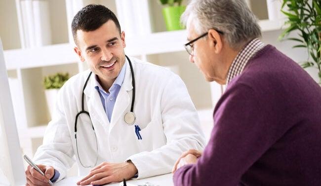 médico aplicando la comunicación oncológica