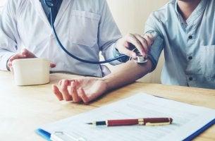 Paciente con hipertensión de bata blanca con su médico