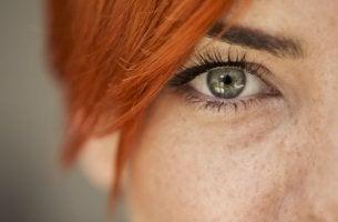 mirada femenina que intenta leer las emociones