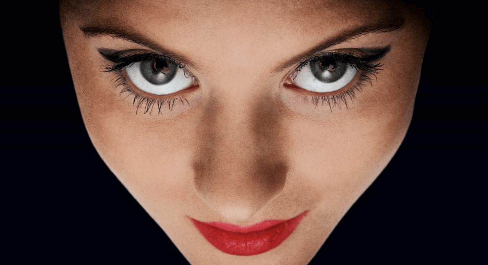 mirada femenina manteniendo el contacto visual