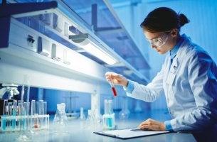 Mujer científica para representar el efecto matilda