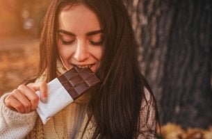 Mujer comiendo tableta de chocolate