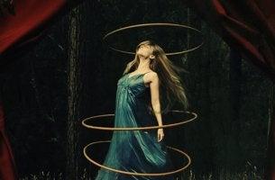 mujer rodeada de aros representando el espacio personal