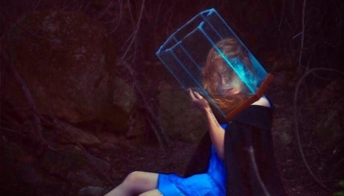 mujer con cubo en la cabeza representando la opresión de la falta de espacio personal