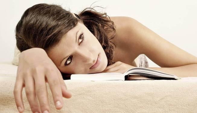 Mujer con déficit de atención mientras lee