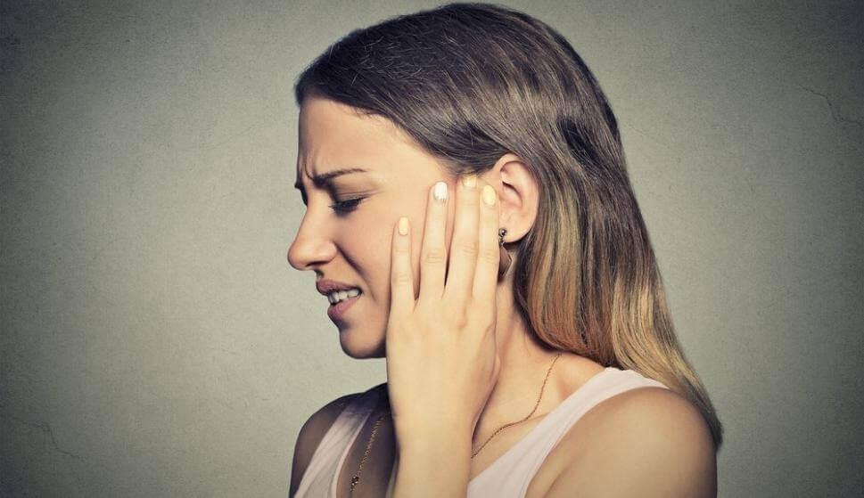 Mujer con dolor en el oído por misofonía