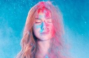 Mujer con la cara de color rosa y azul