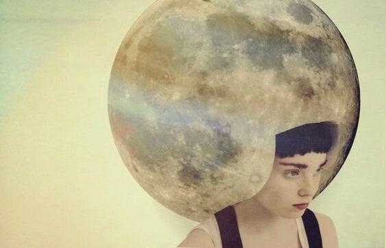 mujer con luna en la cabeza pensando en que cambiar no es fácil