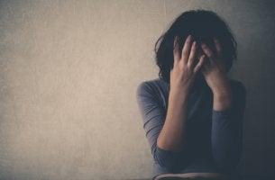 Mujer con malestar tras consumir alcohol