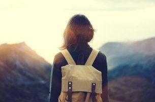 chica con mochila disfrutando del placer de viajar solo