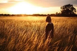 Mujer en campo de trigo pensando en el sentido de la vida según Viktor Frankl