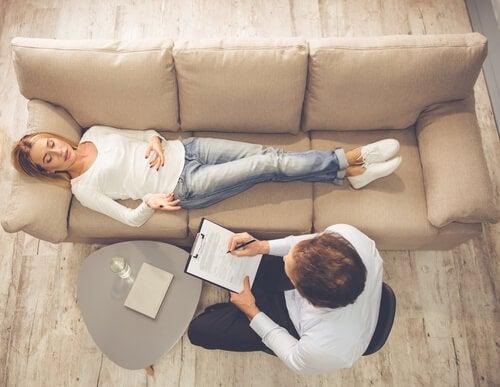 Mujer en el psicólogo
