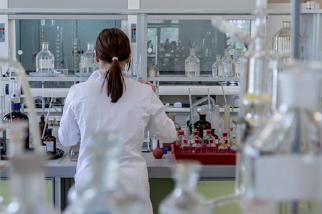Mujer en un laboratorio científico