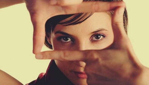 mujer encuadrando con sus manos la mirada para aprender a priorizar