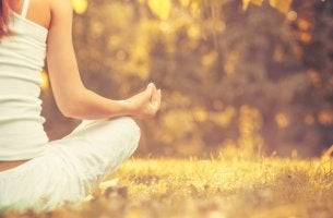 Mujer haciendo mindfulness en el campo
