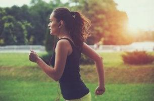 Mujer corriendo para representar la adicción al running