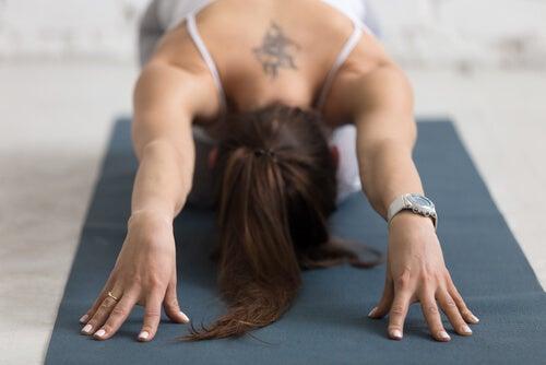 Mujer haciendo una asana para demostrar la relación entre yoga y depresión