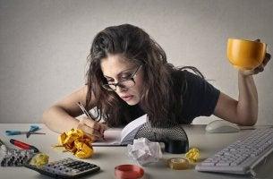 Mujer haciendo varias tareas como ejemplo de un adulto con déficit de atención