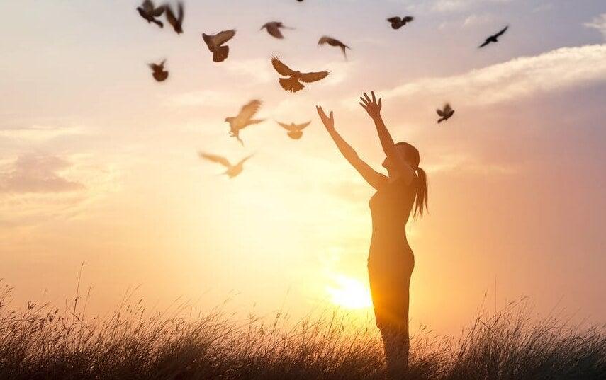 mujer lanzando palomas representando las reglas de la vida