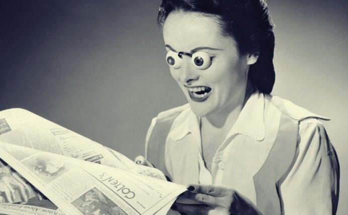 Mujer con ojo sorprendidos leyendo fake news