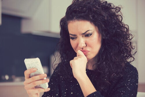 woman looking at cell-phone, breadcrumbing her boyfriend.