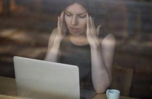 Mujer mirando su ordenador