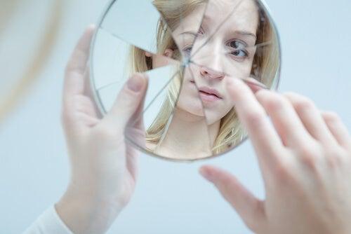 Chica adolescente mirándose al espejo