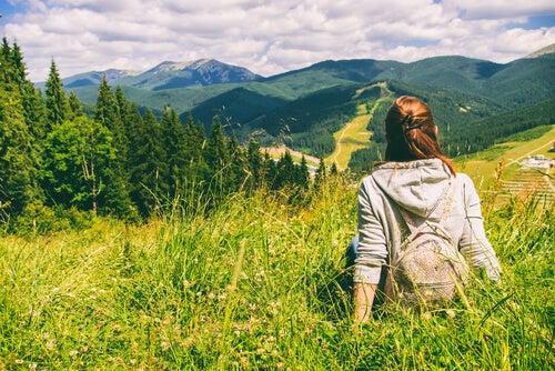 Mujer observando la naturaleza