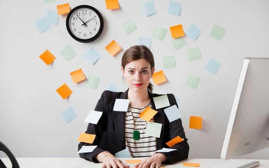 Mujer estresada por el trabajo