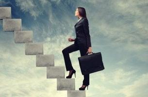 mujer subiendo escaleras luchando por tener éxito en el trabajo