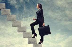 Mujer subiendo escaleras para incorporarse a su nuevo puesto de trabajo