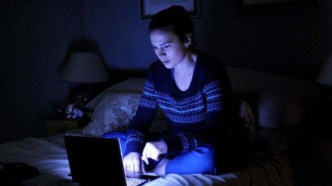 Mujer viendo el ordenador