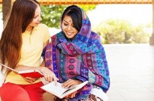 Mujeres de culturas distintas para representar las dimensiones culturales