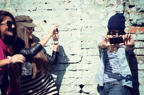 Mujeres haciéndose fotos con el móvil