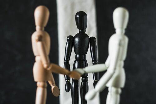 Muñecos de madera representando una situación de mediación