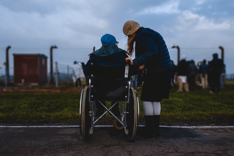 Niña en silla de ruedas con amiga