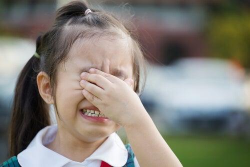 Niña llorando por ansiedad escolar
