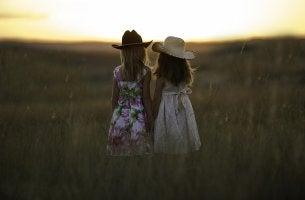 Niñas en el campo como ejemplo de relaciones de amistad