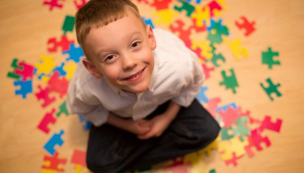 Menino com autismo sorrindo