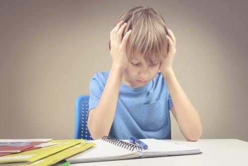 Niño frustrado con los ejercicios de matemáticas