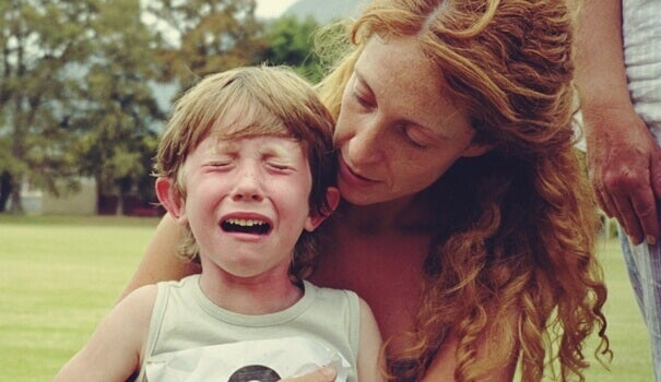 Niño llorando con su madre