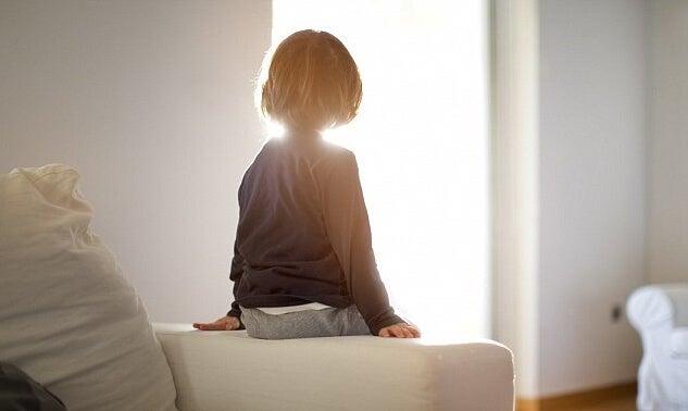 niño solo que sufre trastorno de apego reactivo