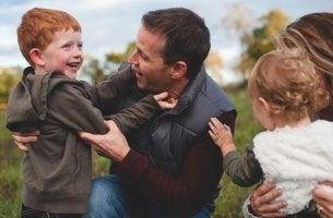 Niños con sus padres para representar la coparentalidad