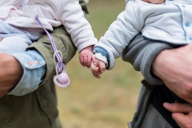 Niños pequeños con las manos agarradas