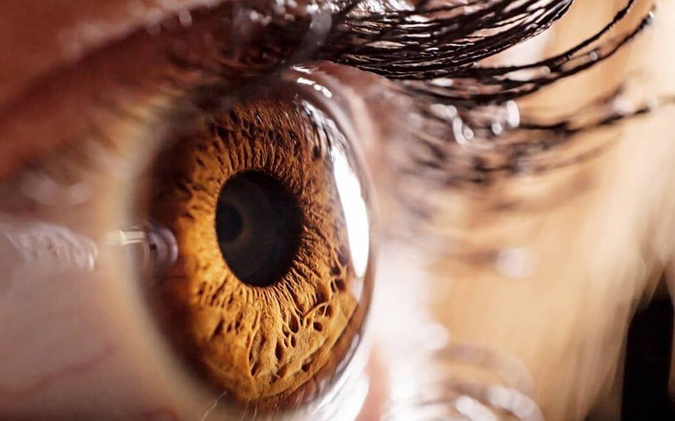 Ojos color miel simbolizando los síntomas físicos de la depresión